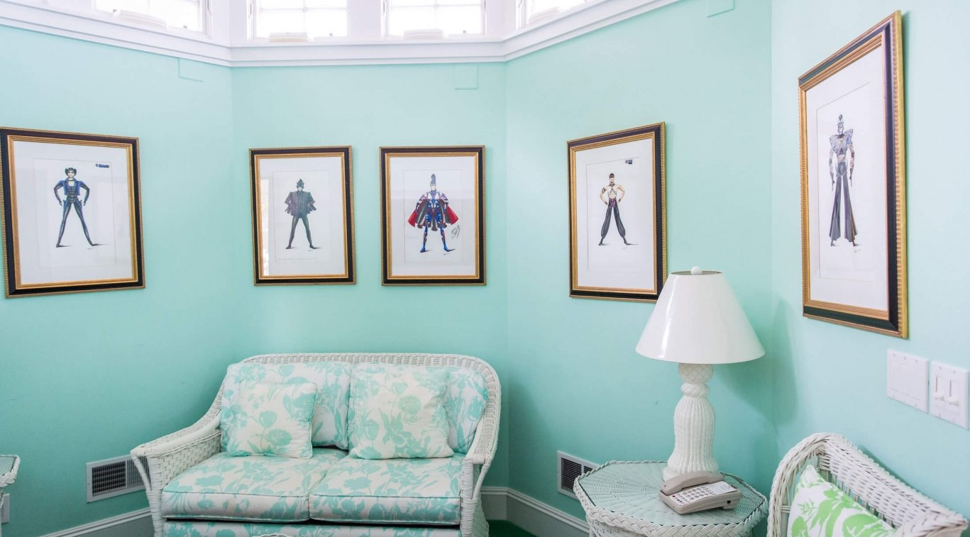 A sitting room with artwork on the wall in Masco Cottage